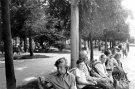 Žmonės ant suoliuko aikštėje - Nuotraukos autorius: Girčys Izidorius