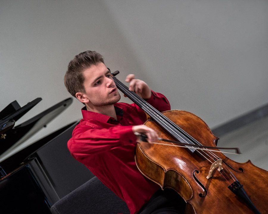 Koncertuoja violončelininkas Augustas Gocentas