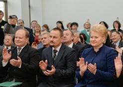 Bibliotekos direktorius R. Kutka, Anykščių rajono meras S. Obelevičius ir Lietuvos prezidentė D. Grybauskaitė