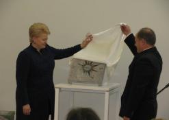 Lietuvos prezidentė Dalia Grybauskaitė ir Romas Kutka atidengia atminimo lentelę