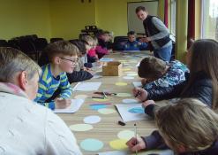 Vaikai margina popierinius margučius