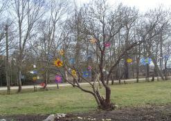 Vaikų išpuoštas pavasarinis medelis