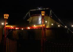 Cirko palapinė naktyje