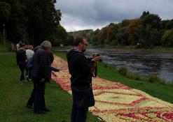 Šventės svečiai apžiūrinėja obuolių juostą