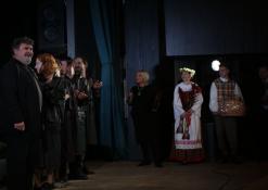 Anykščių Kultūros centro direktorė Dijana Petrokaitė sveikina aktorius po spektaklio