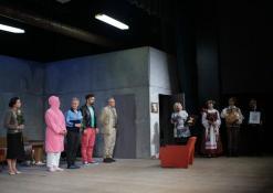 Aktorius sveikina Anykščių Kultūros centro vadovė Dijana Petrokaitė ir Anykčių miesto vicemeras Sigutis Obeliavičius