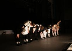 Aktoriai spektaklio pabaigoje nusilenkia publikai