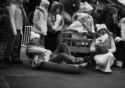 Kalėdų senelis pozuoja su zuikučiais