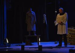 """Spektaklio """"Čičinskas"""" akimirka, nuotraukoje aktoriai Žilvinas Pranas Smalskas ir Jonas Buziliauskas"""