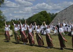Etnografinių šokių ansamblių pasirodymas