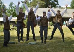 Etnografinių šokių ansamblis, vyrai ore