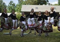 Etnografinių šokių ansamblis, moterys ore