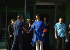 Festivalio atidarymo akimirka, prie mikrofono režisierius Jonas Buziliauskas