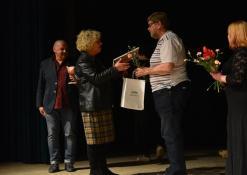 Anykčkų kultūros centro vedėja Dijana Petrokaitė sveikina režisierių Tiit Alte (Estija)