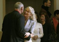 """Žilviną Praną Smalską sveikina liaudies šokių ansamblio """"Gojus"""" vadovė Jūratė Uselienė"""