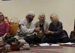 Ramūnas Daugelavičius pilsto renginio svečiams arbatą