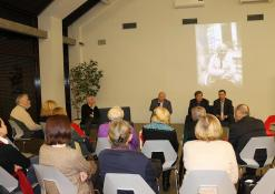 Profesorius Bronislovas Genzelis kalbasi su renginio svečiais