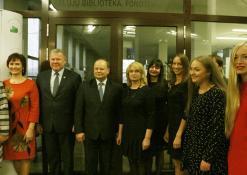 Anykščių rajono meras Kęstutis Tubis fotografuojasi su bibliotekos kolektyvu