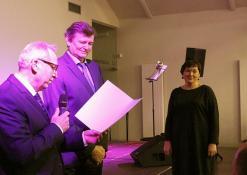 Padėkos raštus bibliotekos darbuotojams teikia seimo nariai Sergėjus Jovaiša ir Antanas Baura