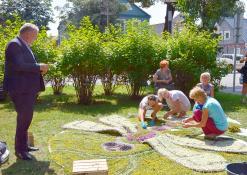 Kęstutis Tubis bendrauja su floristinių kilimų kūrėjais