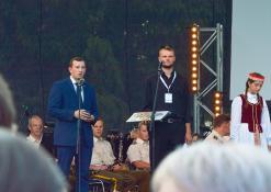 Ūkio ministras Virginijus Sinkevičius sveikina aktorių Ferdinandą Jakšį