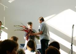Gėlės Daliai Saukaitytei nuo seimo nario Sergejaus Jovaišos