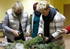 Floristė Jolita padeda pinti advento vainikus