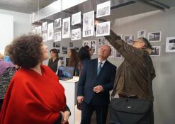 Bibliotekos direktorius Romas Kutka apžūrinėja parodą