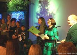 Bibliotekos direktorius R. Kutka įteikia apdovanojimus skaitytojams