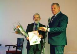 Kęstutis Tubis teikia A. Baranausko literatūrinę premiją Vladui Braziūnui