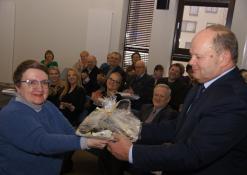 Dovanas priima bibliotekos direktorius Romas Kutka