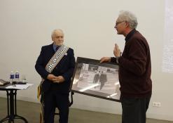 Rašytoją sveikina fotografas Alfredas Motiejūnas