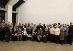 Kunigas - poetas Robertas Grigas su renginio svečiais