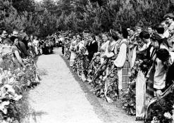 Iškilmių dalyviai prie J. Biliūno kapo