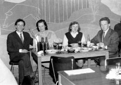 Anykštėnai prie staliuko restorane