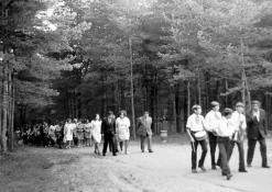 Mokiniai ir mokytojai pakeliui prie J. Biliūno kapo
