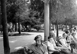 Žmonės ant suoliuko aikštėje