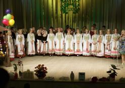 """Liaudiškų šokių kolektyvas """"GOJUS"""", prie mikrofono kolektyvo vadovė Jūratė Uselienė"""
