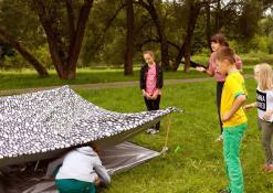 Vaikai dalyvauja tetralizuotoje ekskursijoje