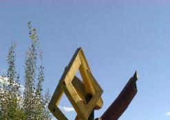 """Skulptūros """"AVINAS RAUDONU PALTU"""" statymo darbai"""