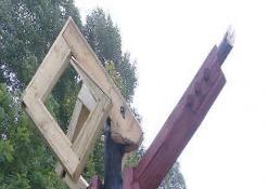 Pie pabaigtos skulptūros pozuoja jos autorius Žilvinas Pranas Smalskas