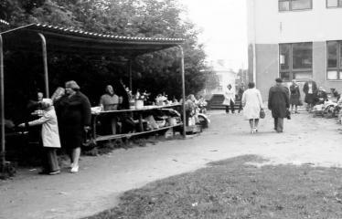 """Fotokonkursas """"Anykščiai ir apylinkės"""" (1977) - Turgus miesto centre"""