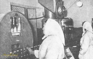 """Fotokonkursas """"Anykščiai ir apylinkės"""" (1959) - Vyno pilstymo automatinė linija"""