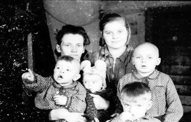 """Fotokonkursas """"Anykščiai ir apylinkės"""" (1953) - Anykštėnų šeima"""