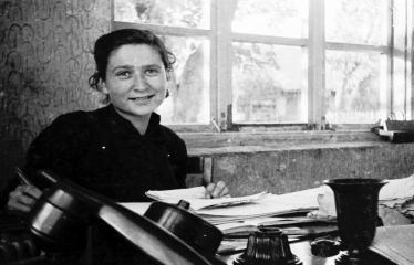 """Fotokonkursas """"Anykščiai ir apylinkės"""" (1957) - Spaustuvės buhalterė Halina Šajevičienė"""