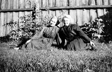 """Fotokonkursas """"Anykščiai ir apylinkės"""" (1957) - Eugenija Dūdienė ir Rožė Kairiūkštienė"""