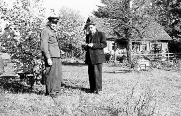 """Fotokonkursas """"Anykščiai ir apylinkės"""" (1957) - Kairėje eigulys Povilas Vercinskas"""