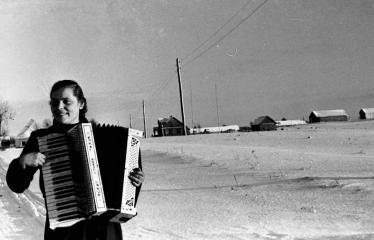 """Fotokonkursas """"Anykščiai ir apylinkės"""" (1956) - Mergina su akardeonu"""