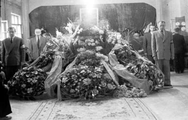 """Fotokonkursas """"Anykščiai ir apylinkės"""" (1957) - Rašytojo Antano Vienuolio laidotuvės"""