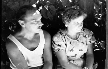 """Fotokonkursas """"Anykščiai ir apylinkės"""" (1957) - Lietuviško vaidybinio filmo """"Žydrasis horizontas"""" kūrybinė grupė. Aktorius Napoleonas Bernotas"""